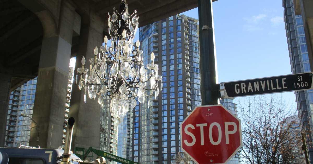 Vancouver'da Granville Köprüsü'nün Altındaki 4.8 M $ Değerindeki Avize 'Para İsrafı' Olarak Anıldı! 1