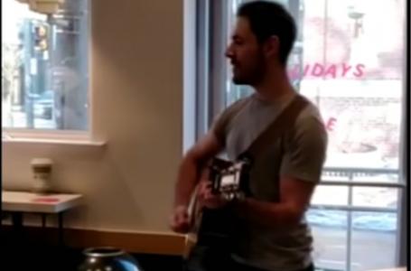 Torontolu Adam Eğlenceli Şarkısını Söyleyerek Starbucks'ta İşinden Ayrıldı